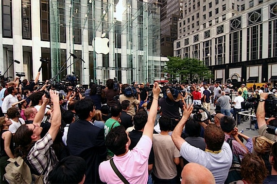 People Waiting to Buy the New iPhone 4